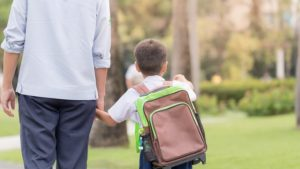 mengantarkan anak ke sekolah