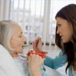 Kiat Menjadi Perawat Orang Tua di Rumah