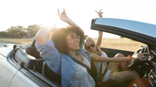 mendengarkan musik saat berkendara