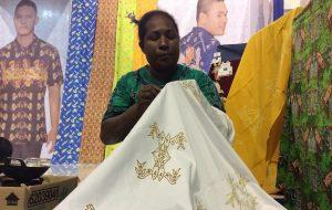 pengrajin batik papua