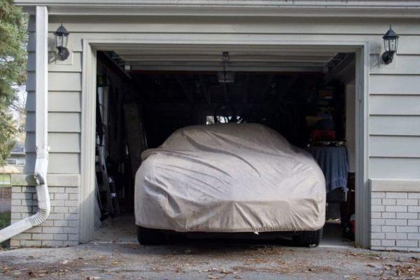 Mobil di garasi